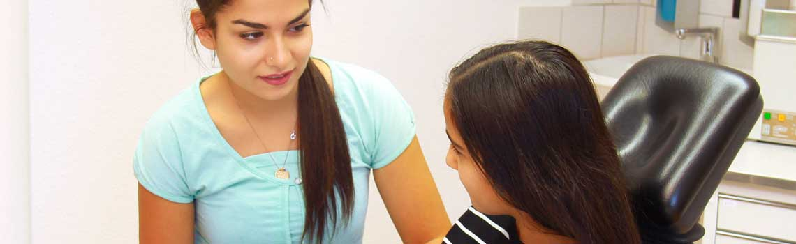 Behandlungsassistentin mit jugendlichen Patienten